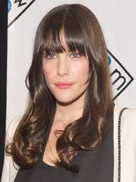 Des cheveux dégradés, ondulés ou, mieux encore, bouclés seront idéals pour  apporter de la largeur. Vous pouvez aussi opter pour une belle frange qui